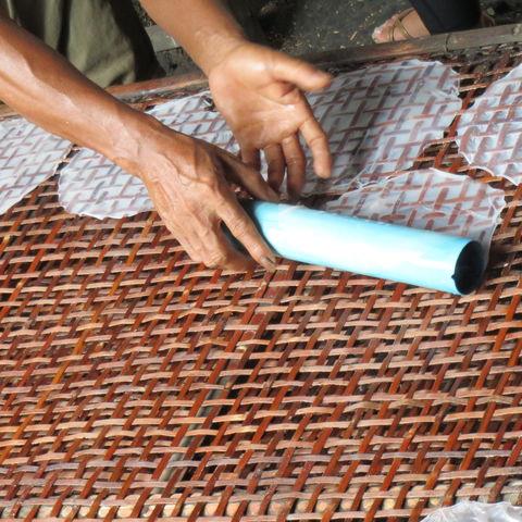 Handgemachtes Reispapier in Battambang, Kambodscha