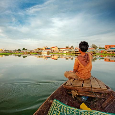 Kind auf einem Boot, Kambodscha