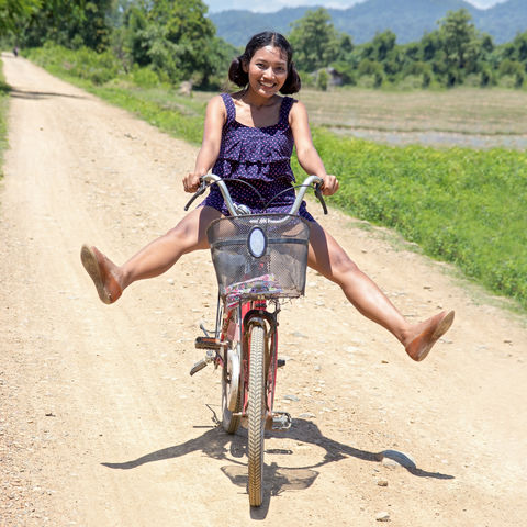 Kambodschanerin auf einem Fahrrad, Kambodscha