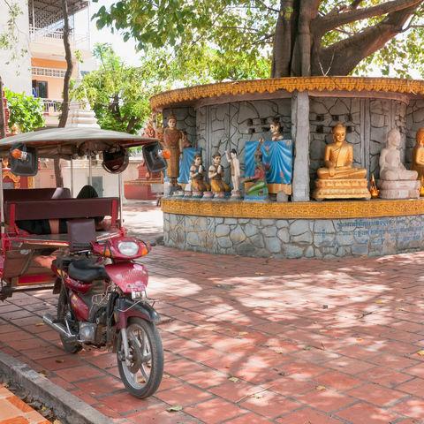 Ein Tuk Tuk Taxi vor einem Tempel in Phnom Penh, Kambodscha