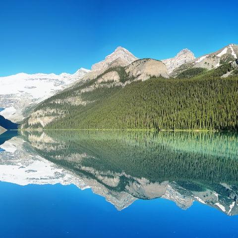 Berge spiegeln sich im Lake Louise, Kanada