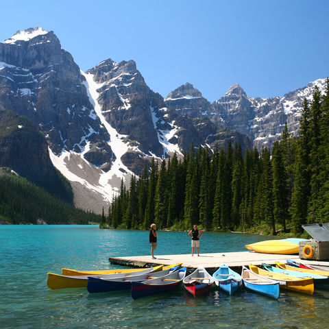 Kayaks am Steg des Moraine Lakes im Banff-Nationalpark, Kanada