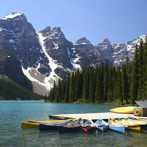 Kanus auf dem Moraine Lake, Kanada