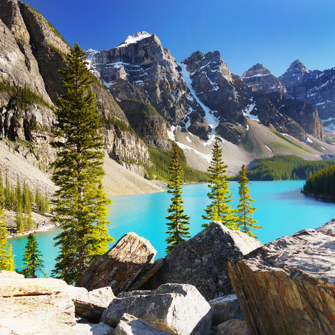Im Valley of the Ten Peaks (Tal der zehn Gipfel) gelegen: der Moraine Lake, Rocky Mountains, Kanada