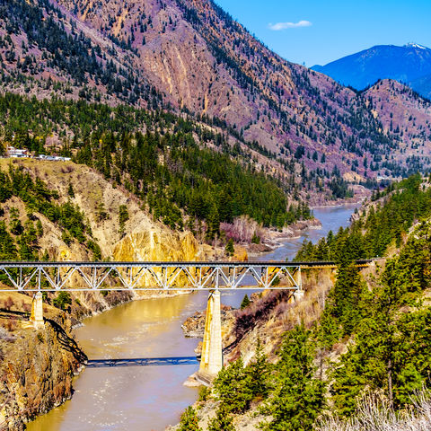Zeiten des Goldrausches aufleben lassen: Eisenbahnbrücke über den Fraser River im Chilcotin Distrikt, Kanada