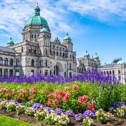 Ist der Garten oder das Parlamentsgebäude beeindruckender? Victoria, Vancouver Island, Kanada