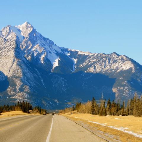 Straße durch die Berge des Jasper-Nationalparks, Kanada