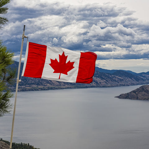 Kanadische Flagge vor Bergen, Kanada