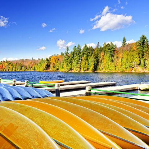 Kanus zu vermieten im Algonquin-Park, Kanada
