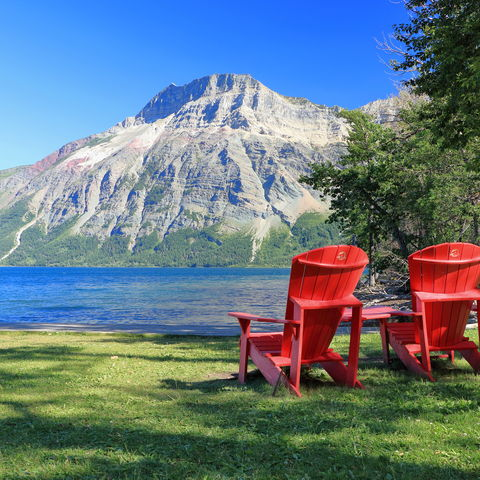 Einfach mal die Aussicht genießen: Middle Waterton Lake mit Ausblick zum Vimy Peak, Rocky Mountains, Kanada
