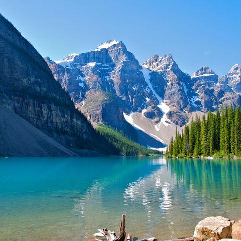 Blick auf klaren See und die Rocky Mountains, Kanada