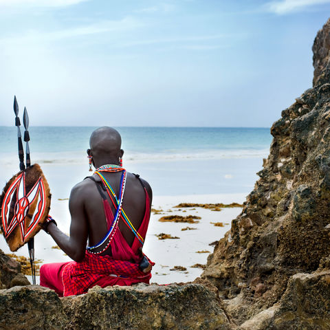 Massaikrieger mit Blick auf das türkisblaue Meer, Kenia