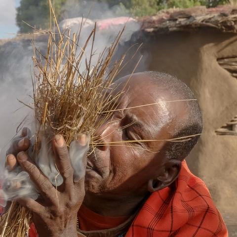 So wird bei den Massai Feuer gemacht, Massaikrieger, Kenia