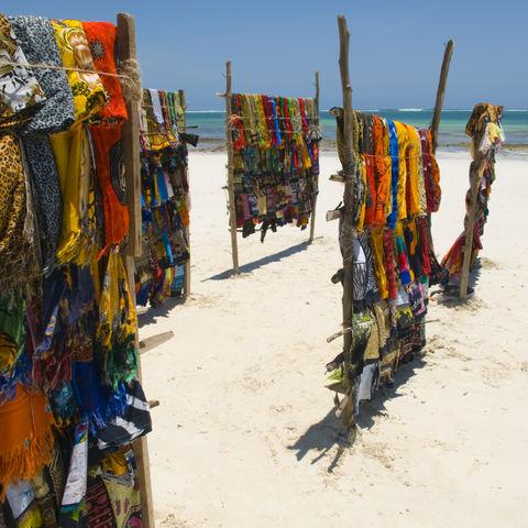 Kangas am Strand von Mombasa, Kenia