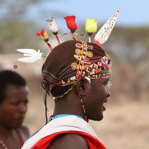 Mann vom Volk der Samburu mit prächtigem Kopfschmuck, Kenia