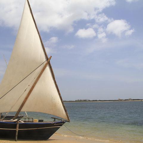 Segelboot am weißen Sandstrand, Kenia