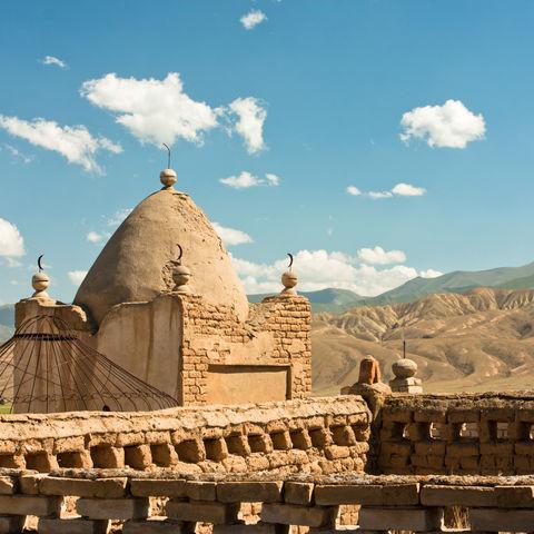 Altertümlicher muslimischer Friedhof in einem Bergdorf, Kirgistan