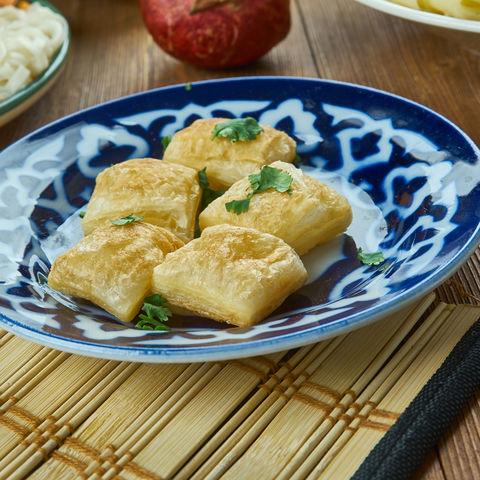 Traditionelle Küche in Zentralasien: Boortsog, frittierte Teigröllchen, Kirgistan