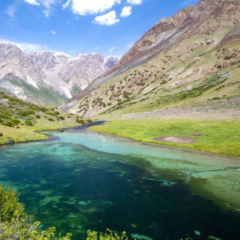 Kristallklarer See im Tian Shan Hochgebirge, Kirgistan