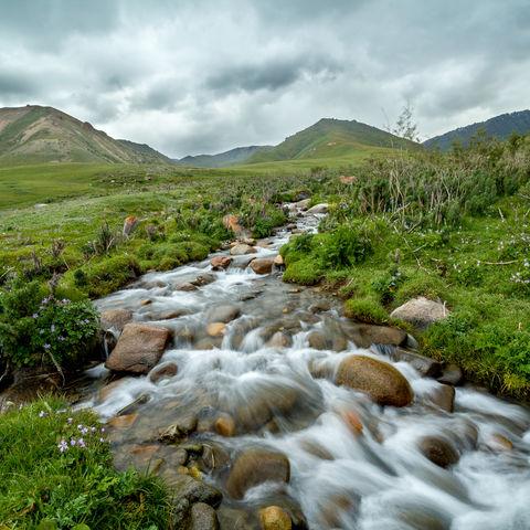 Gebirgsbach in der Tian Shan Bergwelt, Kirgistan