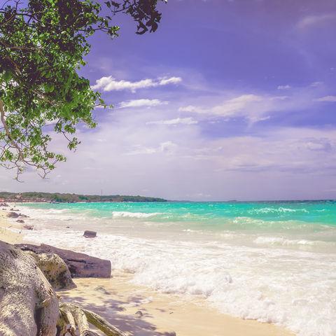 Lang zieht sie sich dahin: die berühmte Playa Blanca auf der Halbinsel Barú, Kolumbien