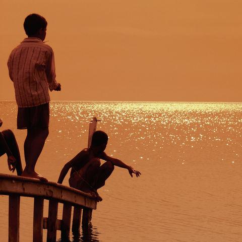 Spielende Kinde auf einem Pier in Santa Marta, Kolumbien