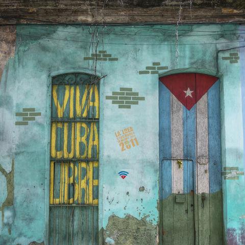 Spruch und kubanische Flagge auf Tür, Kuba