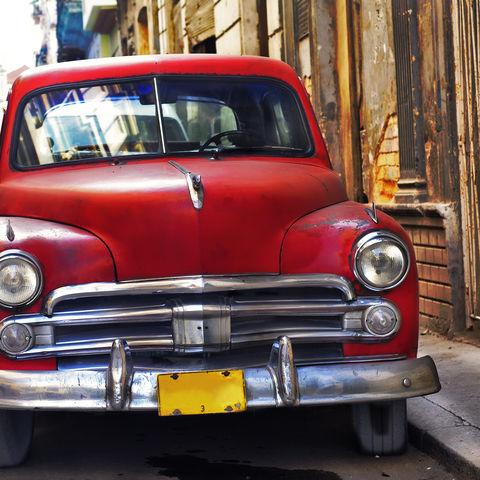 Rotes Auto in Havanna, Kuba