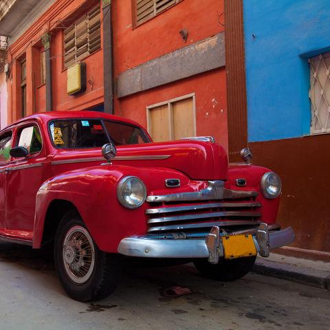Roter Oldtimer in Havanna, Kuba