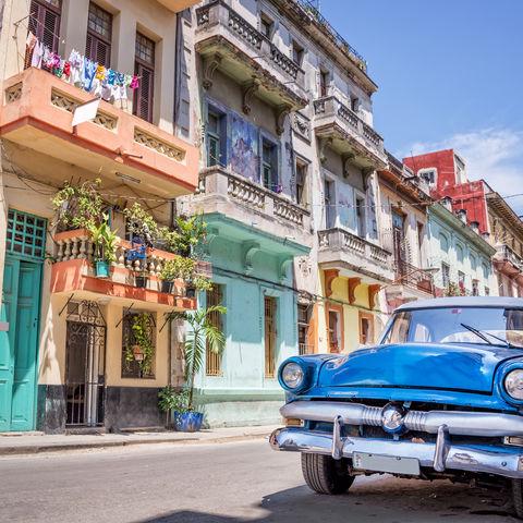 Oldtimer und bunte Häuser in Havanna © Delstudio, Dreamstime.com