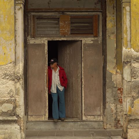 Kubaner in Haustür in Havanna, Kuba