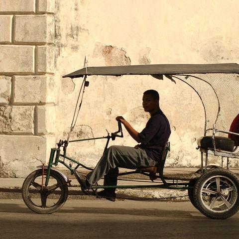 Junger Mann fährt Pedicab in Havanna, Kuba