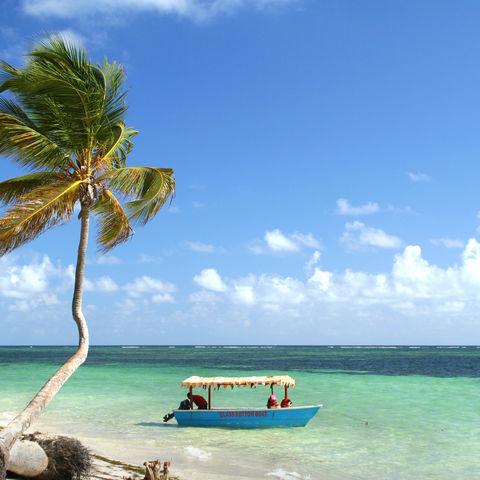 Boot vor einem karibischen Strand, Kuba