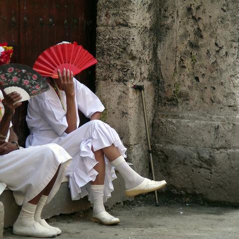 Kubanerinnen mit Fächer, Kuba