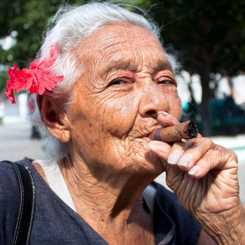 Kubanerin raucht eine Zigarre, Kuba