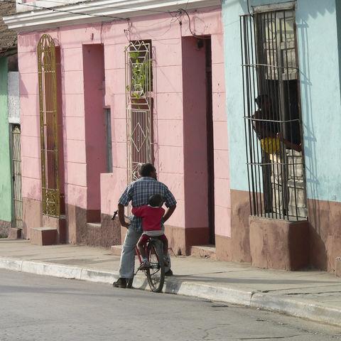 Kubaner mit Kind auf dem Fahrrad in Trinidad, Kuba
