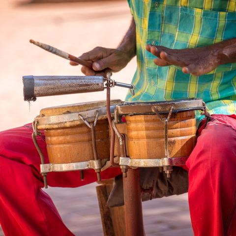 Das Tanzbein mitten auf der Straße zu Trommelklängen schwingen, Trinidad, Kuba