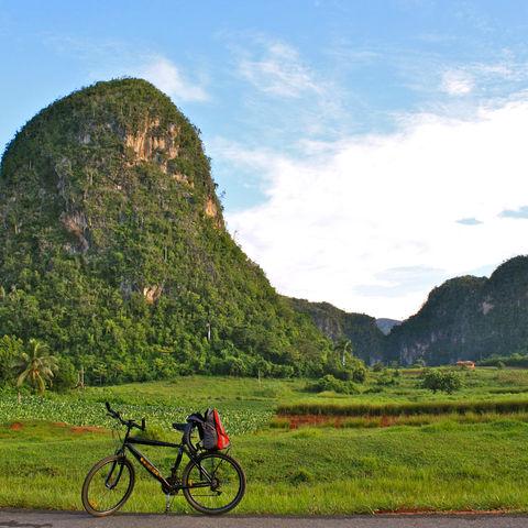 Eine Fahrradtour durch eines der schönsten Landschaftsbilder Kubas: das Viñales Tal, Kuba