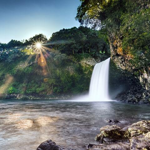 Sonnenaufgang am Bassin la Paix-Wasserfall, La Reunion