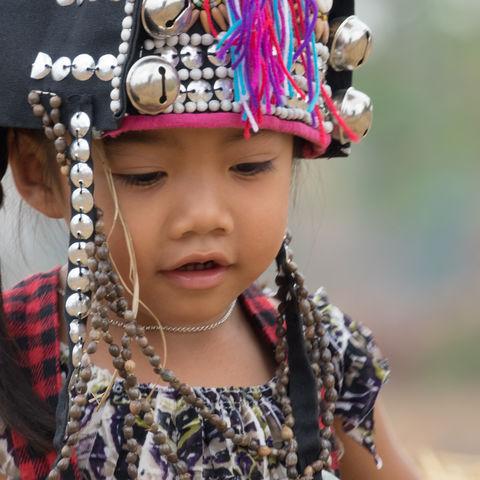 Ein kleines Mädchen des Bergvolkes der Akha, Laos