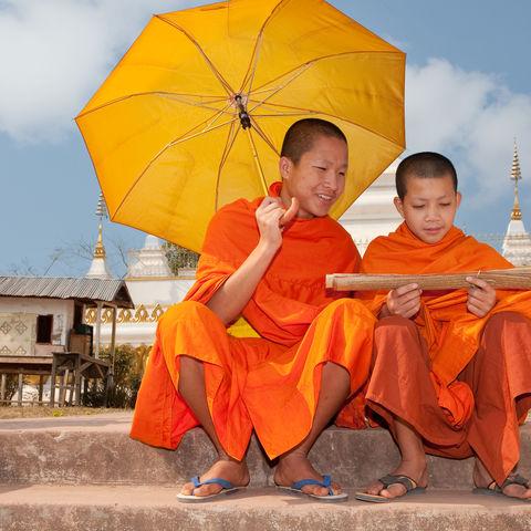 Junge Mönche bei der Lektüre alter Schriften, Laos