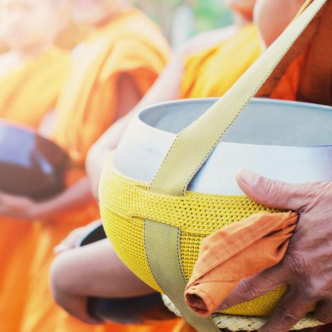 Allmorgendliches Spektakel in Luang Prabang: Almosengang der Mönche, Laos