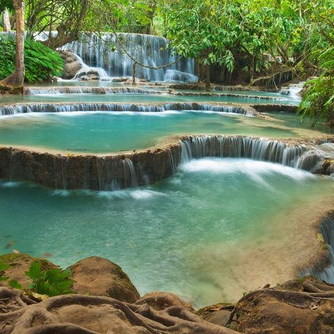 Zauberhafter Kuang Si Wasserfall © Noppakun, Dreamstime.com
