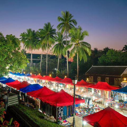 Ein Allerlei aus Kunsthandwerk und laotischen Leckereien: der Nachtmarkt in Luang Prabang, Laos