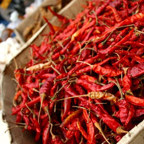 Getrocknete rote Chilis auf einem Markt, Laos