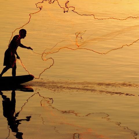 Laotische Fischer bei der Arbeit auf dem Mekong, Laos
