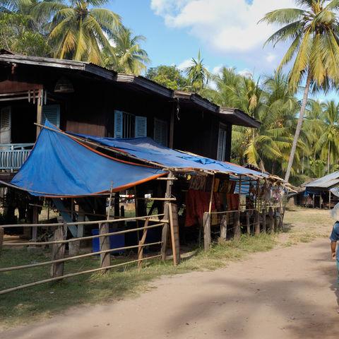 Dorf auf einer Insel im Mekong, Laos