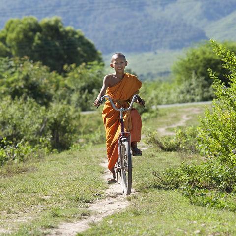 Fahrrad fahrender laotischer Mönch, Laos