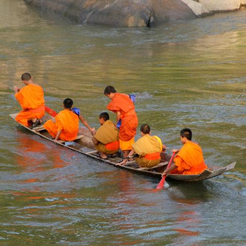 Mönche auf einem kleinen Boot, Laos