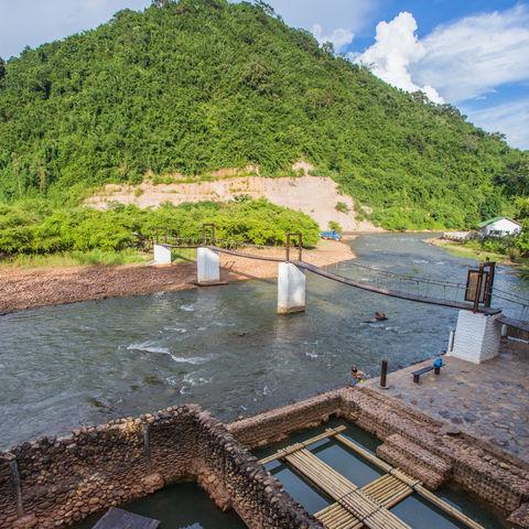 Blick auf den Pool mit Quellwasser und die private Sandbank der Muang La Lodge, Laos